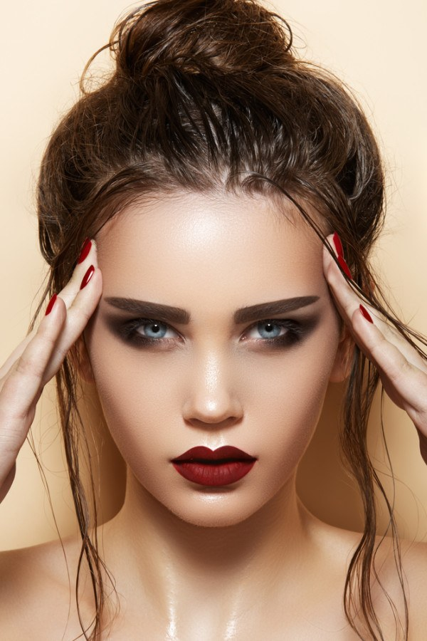 maquillaje-san-valentin-2016-propuestas-maquillaje-con-labios-carmin-sombras-oscuas