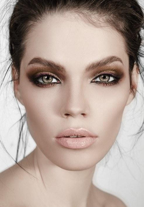 Maquillaje ojos ahumados ojos negros y dorado
