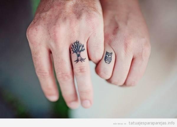 tatuaje-pequeño-pareja-dedo-buho-arbol