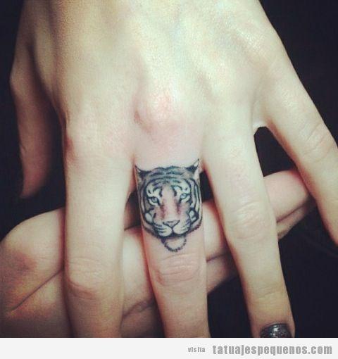 tatuaje-tattoo-pequeño-dedo-cara-tigre