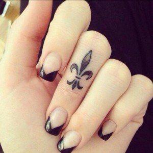 tatuaje_pequeño_flor_De_lis
