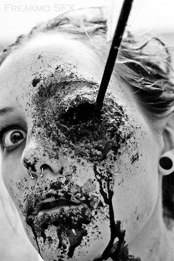 maquillaje-halloween-zombie-lapiz-en-el-ojo