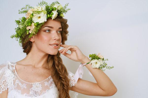 Peinados de novia 2018 trenza de espiga diadema de flores