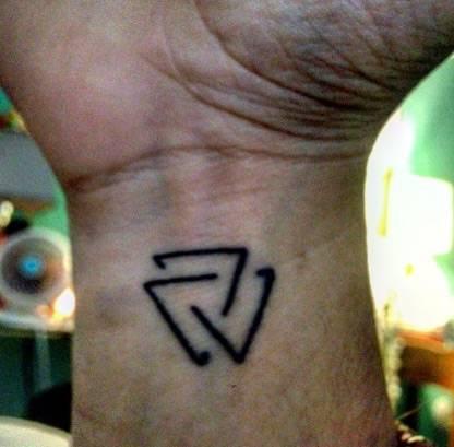 tatuajes-en-la-muneca-mujer-espiral