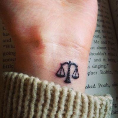tatuajes-en-la-muneca-mujer-libra