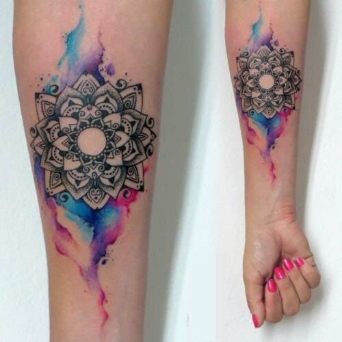 tatuajes-en-la-muneca-mujer-mandala-color