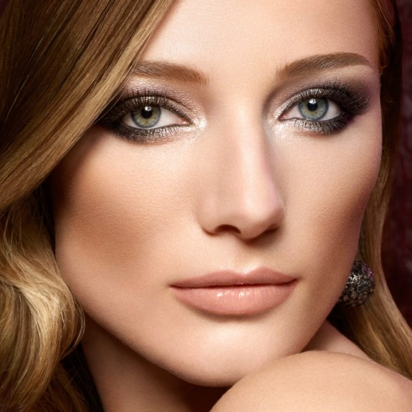 maquillar-ojos-pequenos-iluminador
