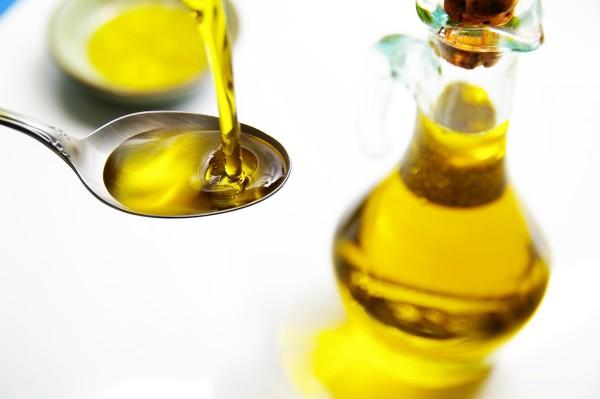 como-hacer-crecer-las-pestanas-aceite
