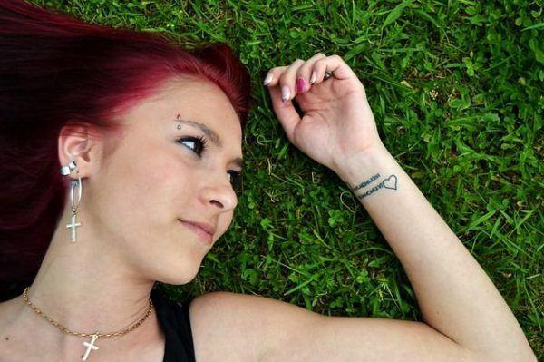 los-tatuajes-en-la-muneca-corazon-y-frase
