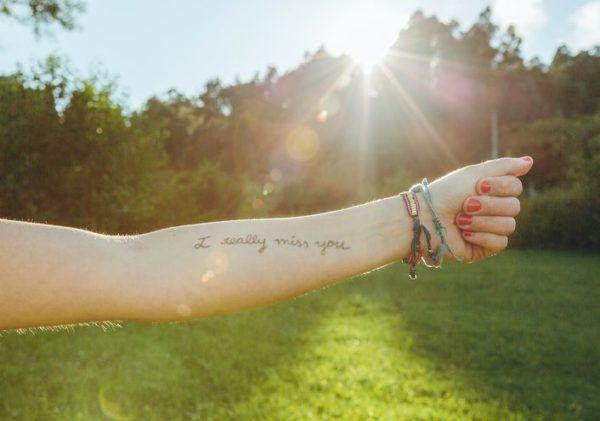 tatuajes-brazo-mujer-frase