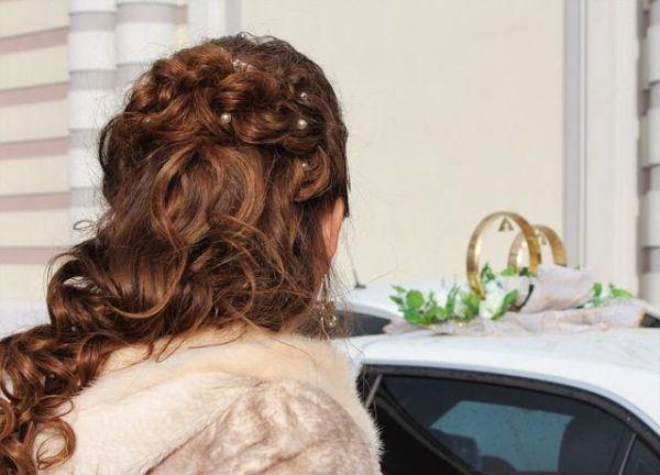 peinado-invitada-comunion-pelo-semirecogido-trenzado-con-adornos