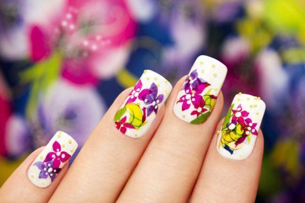 unas-decoradas-flores-istock2