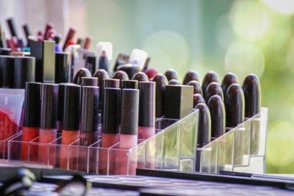 como-hacer-un-organizador-de-maquillaje-istock