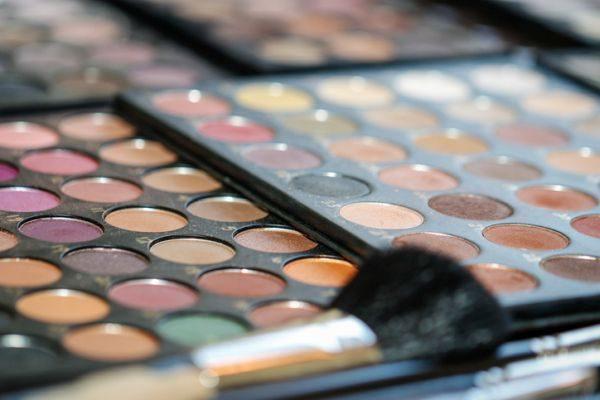 como-hacer-un-organizador-de-maquillaje2-istock