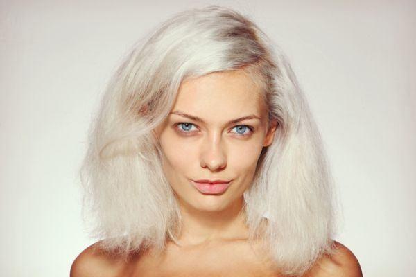 como-usar-champu-morado-para-cabello-blanco-istock3