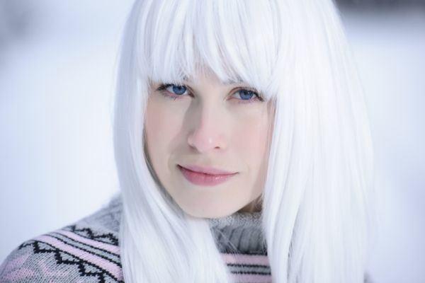como-usar-champu-morado-para-cabello-blanco-istock5