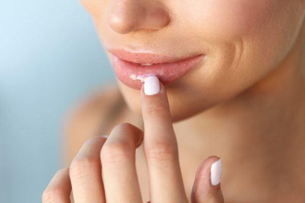 Trucos de maquillaje de labios con herpes labial