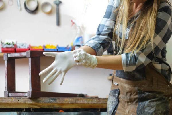 Pasos para que una manicura dure mas de una semana usa guantes
