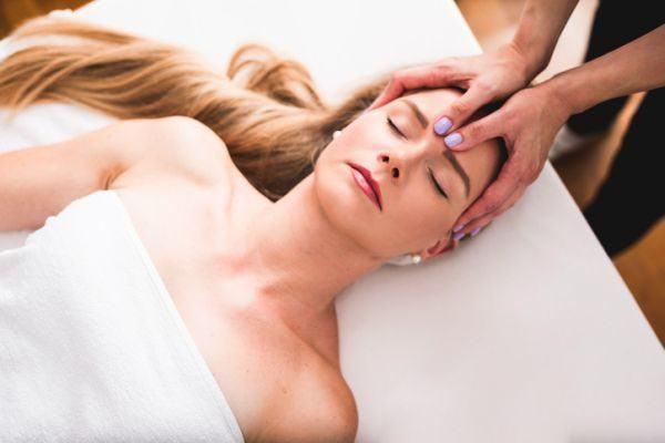 como-aplicar-un-masaje-craneal-istock