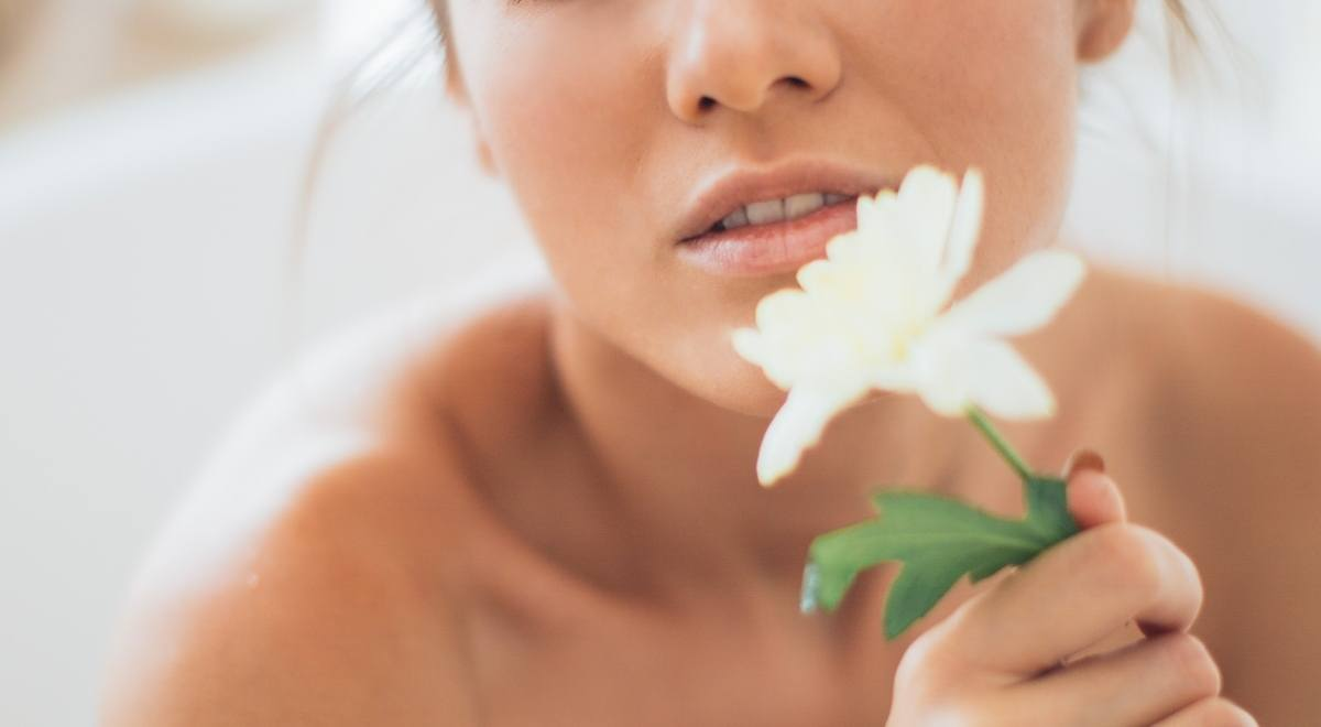 ¿Qué hace el aceite de coco en la piel?