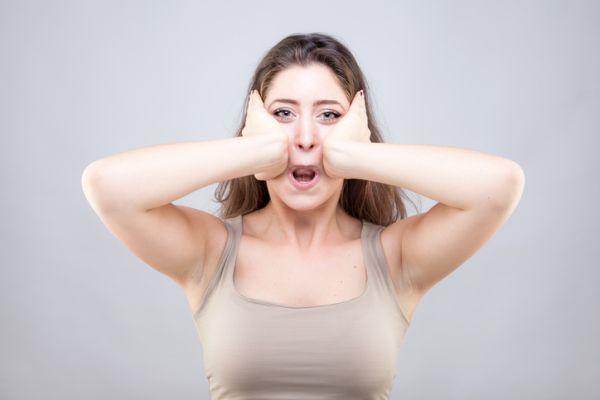 Yoga facial ejercicios mujer pose manos en rostro