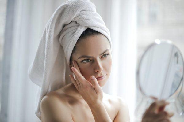 Mujer mima su piel